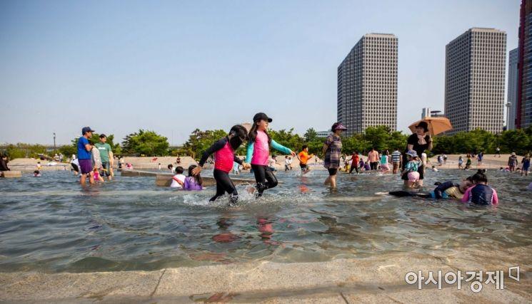 [포토]여의도 한강공원서 물놀이하는 어린이들