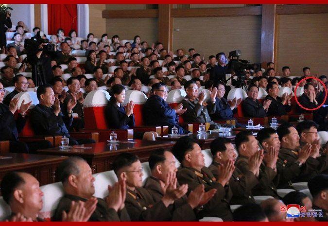 김정은 북한 국무위원장이 2일 제2기 제7차 군인가족예술소조경연에서 당선된 군부대들의 군인가족예술조조경연을 관람했다고 조선중앙통신이 3일 보도했다. 이날 공연에는 최근 숙청설이 나돌았던 김영철 노동당 부위원장(빨간색 원)도 배석했다.