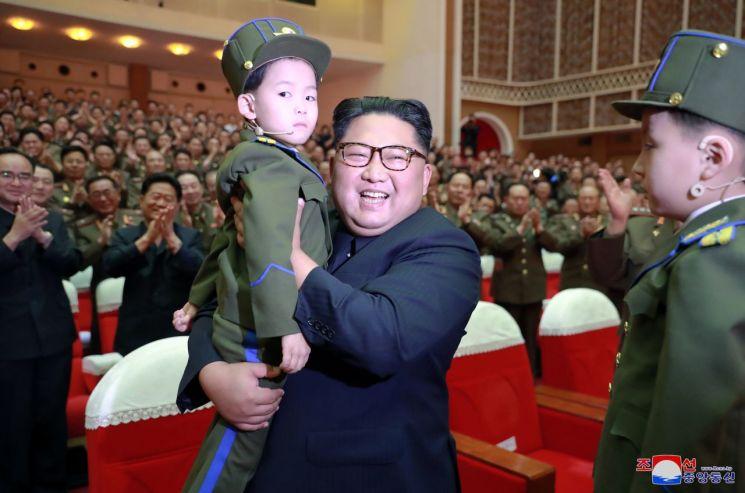 김정은 북한 국무위원장이 전날 제2기 제7차 군인가족예술소조경연에서 당선된 군부대들의 군인가족예술조조경연을 관람했다고 조선중앙통신이 3일 보도했다.