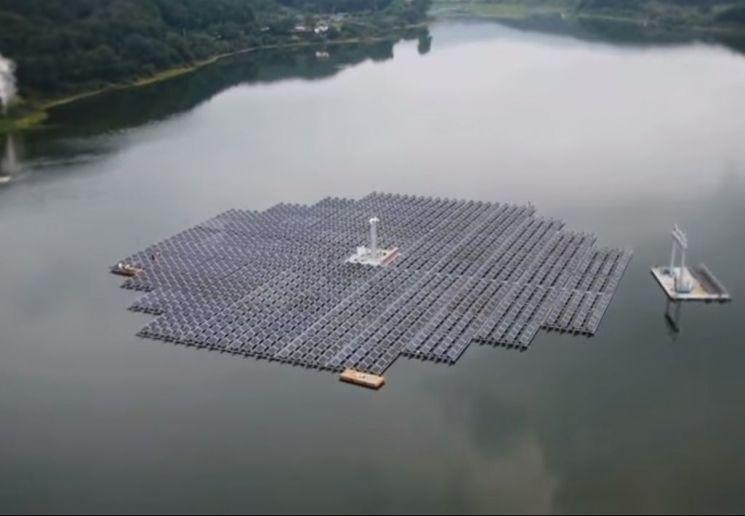 경기도 안성 금광저수지에 설치된 수상회전식 태양광발전