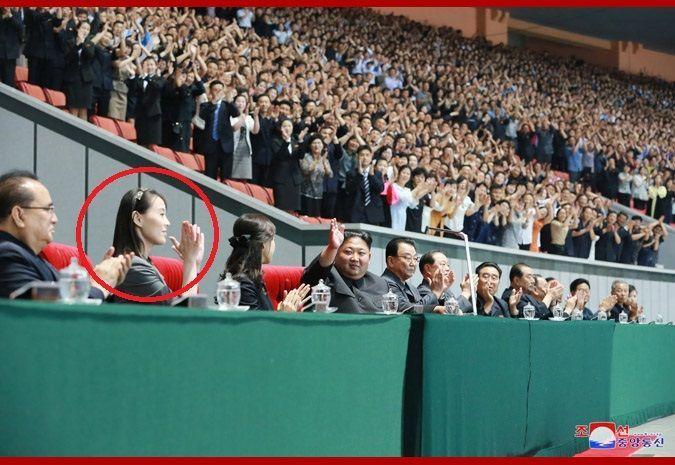 조선중앙통신은 김정은 북한 국무위원장이 3일 평양에서 열린 대집단체조 '인민의 나라'를 관람했다면서 이 자리에 김여정 북한 노동당 선전선동부 제1부부장(빨간색 원)이 함께 했다고 4일 보도했다.