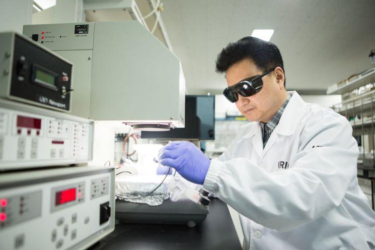 백진욱 한국화학연구원 박사가 인공광합성 광촉매 연구를 수행하고 있다.