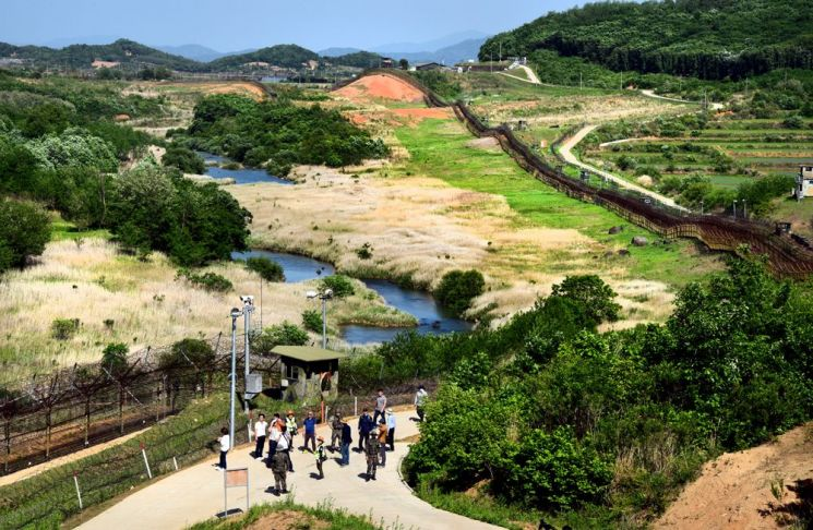 'DMZ 평화의 길' 철원 구간의 도보 코스가 끝나는 공작새 능선 조망대에서 바라보면 DMZ를 굽이치는 역곡천의 물길을 끼고 철책과 철조망이 길게 이어지고 있다.