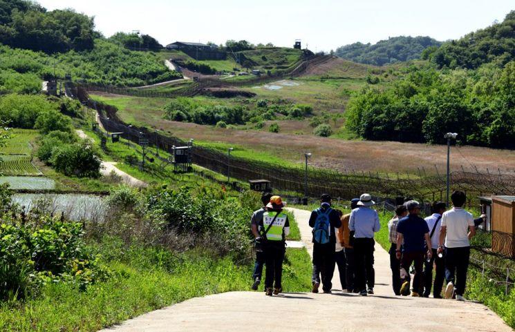 평화의 길 철원구간 도보코스를 걷는 탐방객