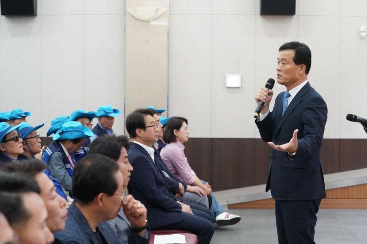 이승로 성북구청장(사진 오른쪽)이 참가 어르신들에게 당부의 말을 전하고 있다.