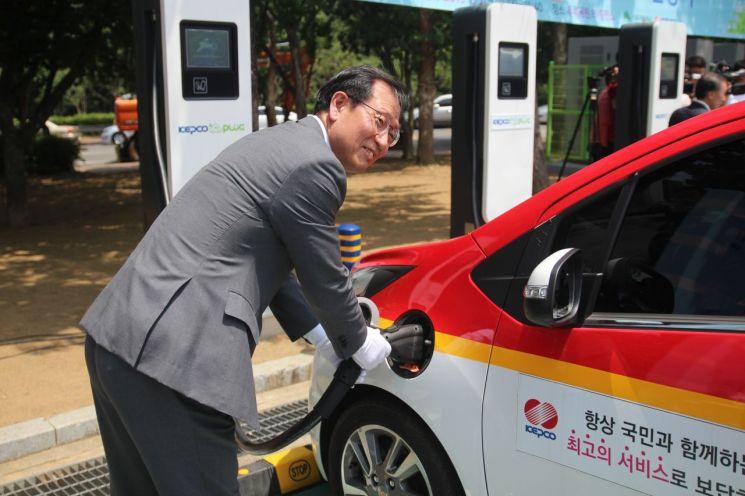 김종갑 한국전력 사장이 지난 4일 대구시 두류공원에서 열린 '초급속 전기차 충전소 준공식'에서 충전 시연을 하고 있다.