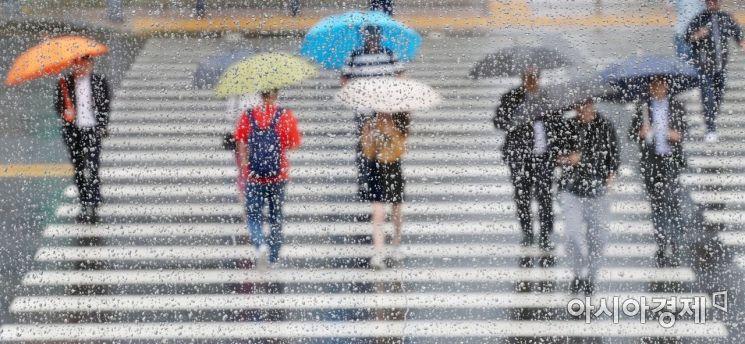 전국에 비가 내린 7일 서울 중구 시청역 인근 횡단보도에서 우산을 쓴 시민들이 출근길 발걸음을 옮기고 있다. /문호남 기자 munonam@