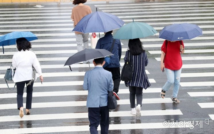 [포토]'우산 챙기셨죠~?'