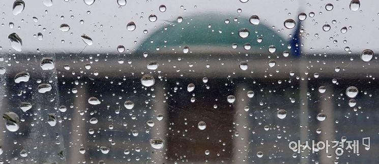 태풍급 비바람이 몰아치며 전국적으로 많은 양의 비가 내린 7일 빗방울에 맺힌 국회의사당의 모습이 거꾸로 비치고 있다.  자유한국당이 '패스트트랙 철회'를 요구하며 두 달 째 국회 보이콧을 이어가고 있는 여야는 해법을 찾을수 있을까?/윤동주 기자 doso7@