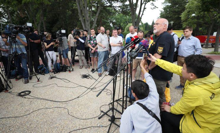 야셴스키 난도르 대테러청 대국민 대변인이 6일(현지시간) 헝가리 부다페스트 다뉴브강 머르기트 섬 인근에 마련된 우리측 CP 앞에서 언론 브리핑을 하고 있다.