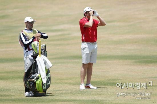 EPGA투어가 이벤트성 대회 골프식시스에서 선수들의 반바지 착용을 허용했다.