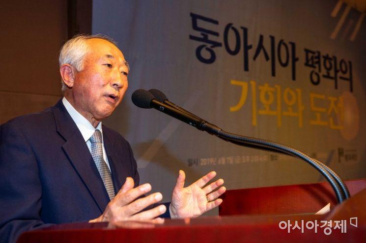 [포토]인사말하는 김형기 평화재단 평화연구원장