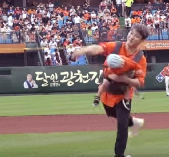 아들을 안고 시구 하는 최민환 / 사진=한화이글스 유튜브 영상 캡처