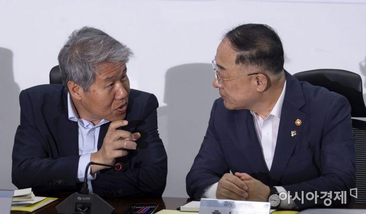 [포토] 의견 나누는 김수현 실장·홍남기 부총리