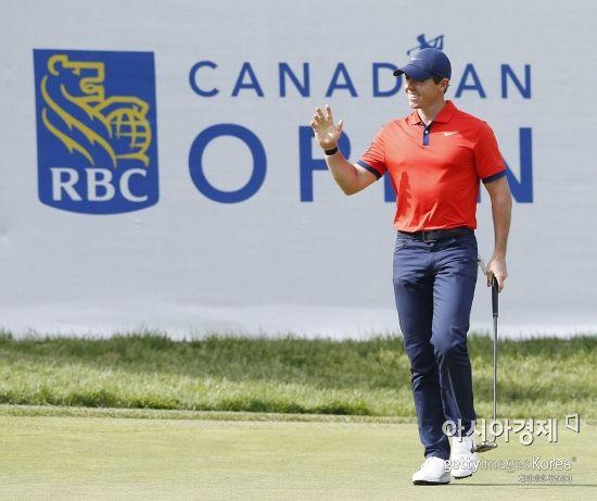 로리 매킬로이가 RBC캐나다오픈 최종일 14번홀에서 버디를 잡는 순간 환호하고 있다. 해밀턴(캐나다 온타리오주)=Getty images/멀티비츠