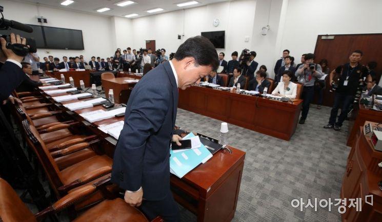 [포토] 회의장 나가는 윤한홍 간사