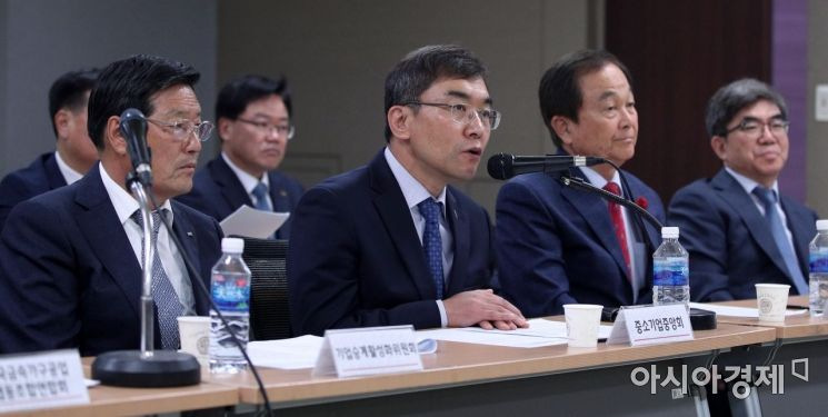 [포토] 기자들 질문에 답하는 서승원 상근부회장