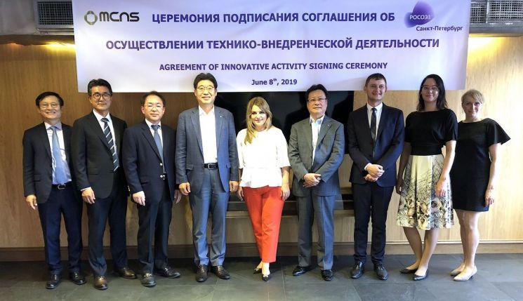 ▲ MCNS는 지난 8일 러시아 상트페테르부르크시에서  시스템하우스 건설 관련 특별경제구역 투자 및 부지인수 협약을 체결했다. 사진은 임의준 MCNS 대표(왼쪽 네 번째)가 협약 체결후 관계자들과 사진촬영을 하고 있다.