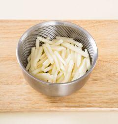 1. 감자는 껍질을 벗기고 일정한 두께로 채 썰어 찬물에 1분 정도 담갔다가 건져 물기를 뺀다.