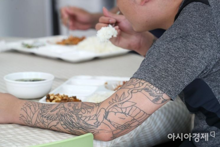 경기도 화성시 YES센터에서 소년원 출원 청소년들이 점심 식사를 하고 있다. /문호남 기자 munonam@