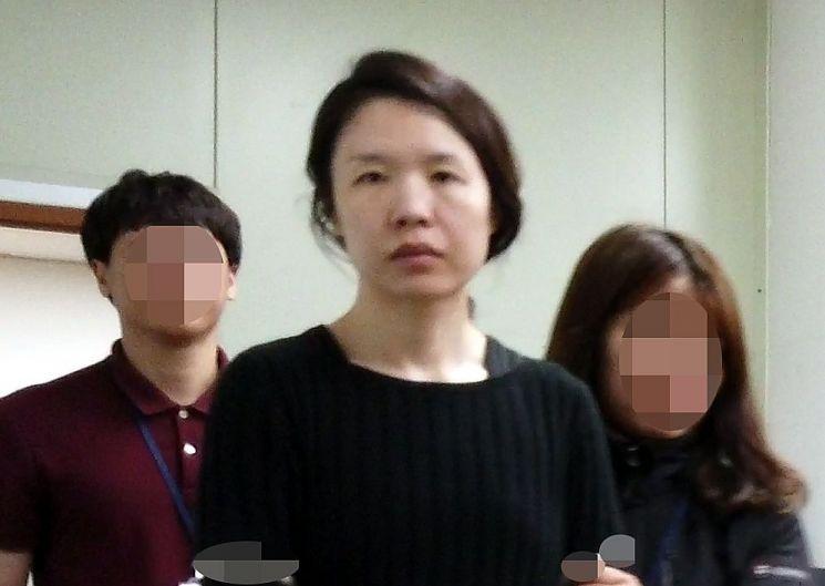 지난 7일 전 남편을 살해한 혐의로 구속된 고유정(36)이 제주동부경찰서 유치장에서 나와 진술녹화실로 이동하고 있다. [이미지출처=연합뉴스]