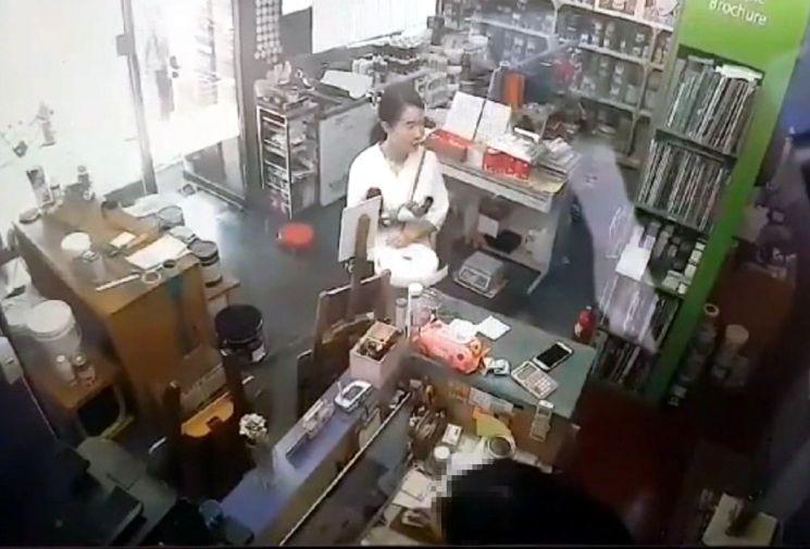 전 남편을 살해한 혐의로 구속된 고유정(36)이 지난달 29일 오후 3시 30분께 인천의 한 가게에 들른 모습. [이미지출처=연합뉴스]