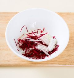3. 무와 비트는 곱게 채 썰어 소금 1에 10분 정도 절인다. 풋고추, 홍고추, 실파는 채 썬다.