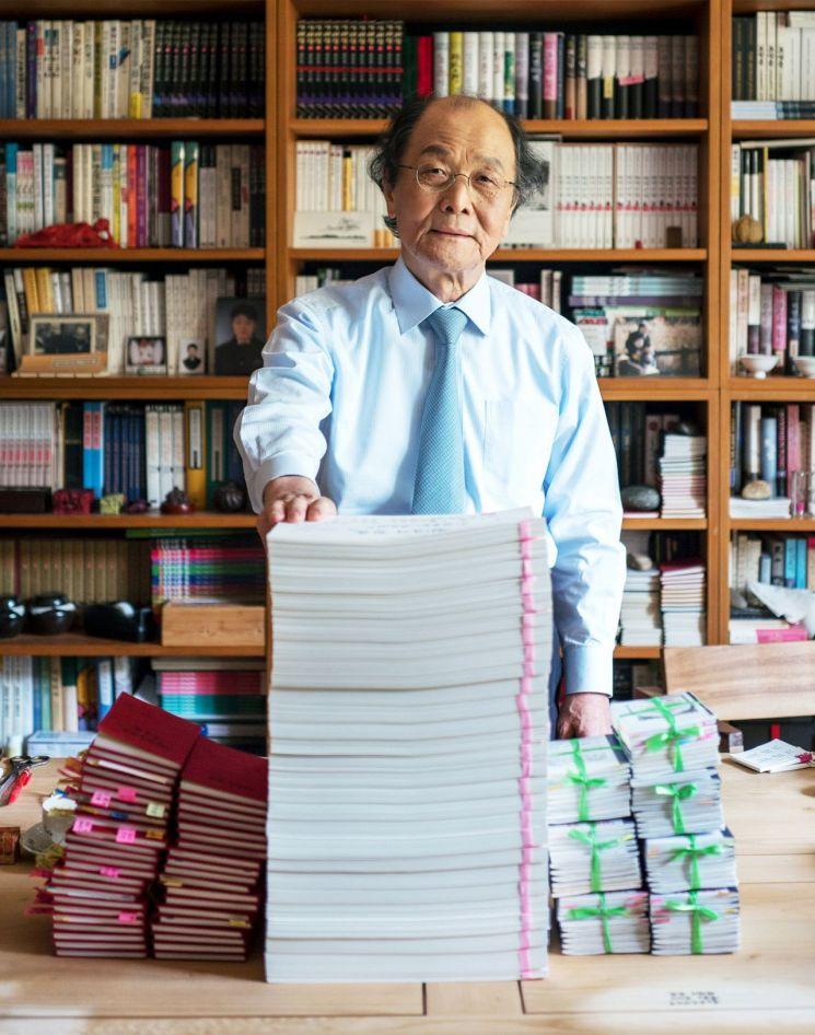 조정래 작가는 자신의 이름이 인쇄된 원고지 3612매로 '천년의 질문'을 완성했다. 메모와 그림으로 채워진 취재노트만 130여권에 이른다.   [사진= 해냄 제공]