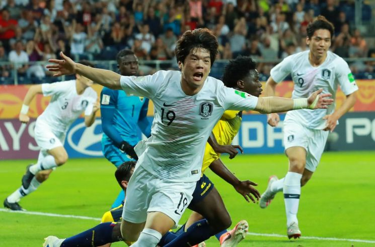 12일 폴란드 루블린 경기장에서 열린 2019 국제축구연맹(FIFA) 20세 이하(U-20) 월드컵 4강전 한국과 에콰도르의 경기. 전반 한국 최준이 선제골을 넣은 뒤 팔을 벌리며 그라운드를 달리고 있다.[이미지출처=연합뉴스]