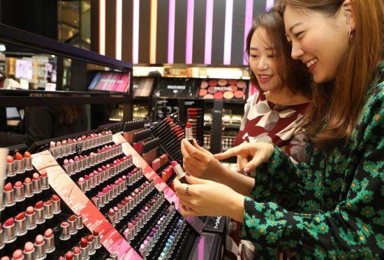 뷰티 디바이스 진출하는 화장품社…파운데이션 권하는 패션기업(종합)