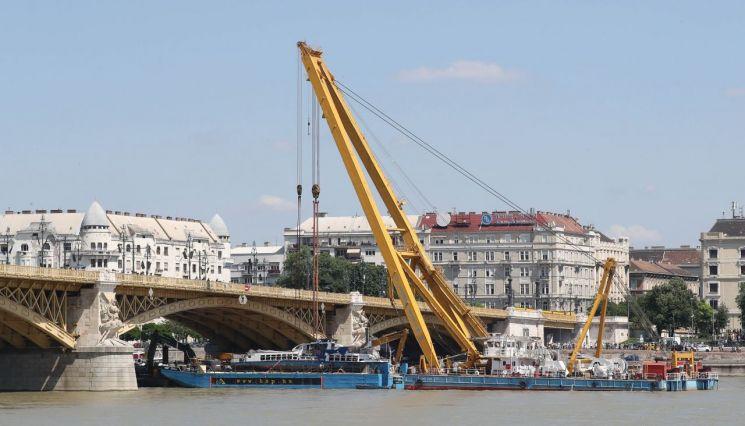 11일(현지시간) 헝가리 부다페스트 다뉴브강 머르기트 다리 아래에 정박한 바지선 위에 인양된 허블레아니호가 내려져 있다.