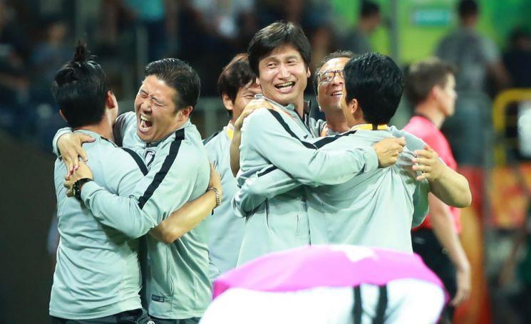 우리나라가 국제축구연맹(FIFA) 20세 이하(U-20) 월드컵 4강전에서 에콰도르를 꺾고 결승 진출을 확정하자 정정용 U-20 대표팀 정정용 감독과 인창수 코치 등 코칭스태프들이 포옹하며 승리를 기뻐하고 있다.[이미지출처=연합뉴스]