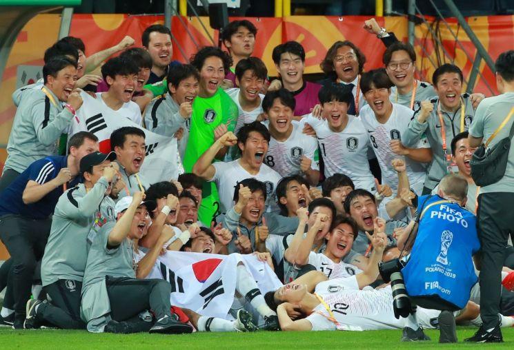 국제축구연맹(FIFA) 20세 이하(U-20) 월드컵에서 한국 남자 축구 사상 FIFA 주관대회 첫 결승에 진출한 우리 U-20 대표팀 선수단[이미지출처=연합뉴스]
