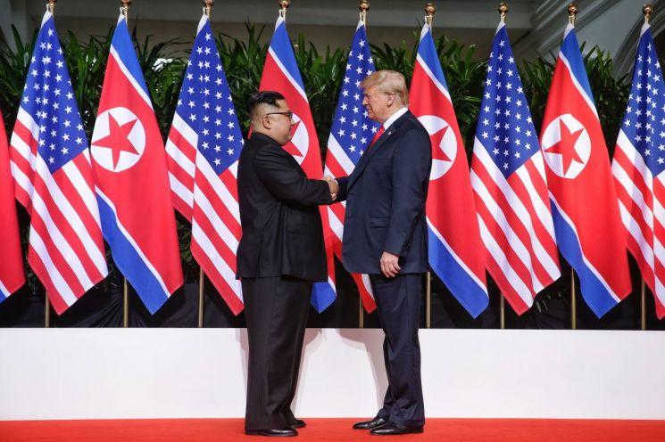 지난해 6월 12일 도널드 트럼프 미국 대통령과 김정은 북한 국무위원장이 싱가포르 센토사 섬 카펠라호텔에서 만나 인사하고 있다. [이미지출처=연합뉴스]
