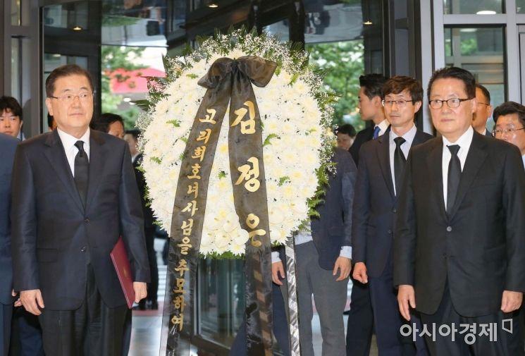 북측이 보낸 고 이희호 여사의 조화가 12일 오후 서울 서대문구 신촌세브란스병원 장례식장으로 들어서고 있다./강진형 기자aymsdream@