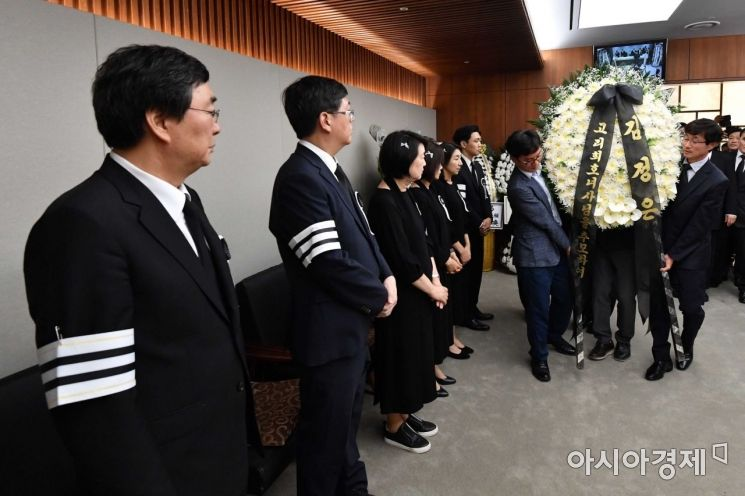 [포토]빈소로 들어서는 김정은 위원장 조화