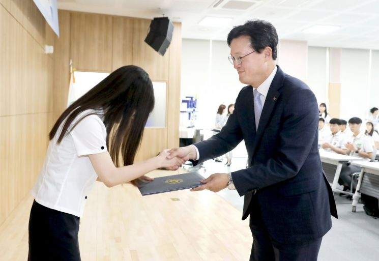 [포토]채현일 영등포구청장, 청소년 꿈 응원하는 장학증서 전달