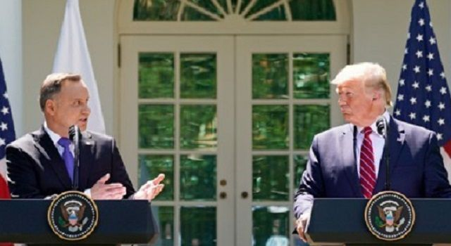 12일(현지시간) 백악관에서 기자회견 중인 도널드 트럼프 미국 대통령(오른쪽)과 안제이 두다 폴란드 대통령(왼쪽)의 모습(사진=로이터연합뉴스)