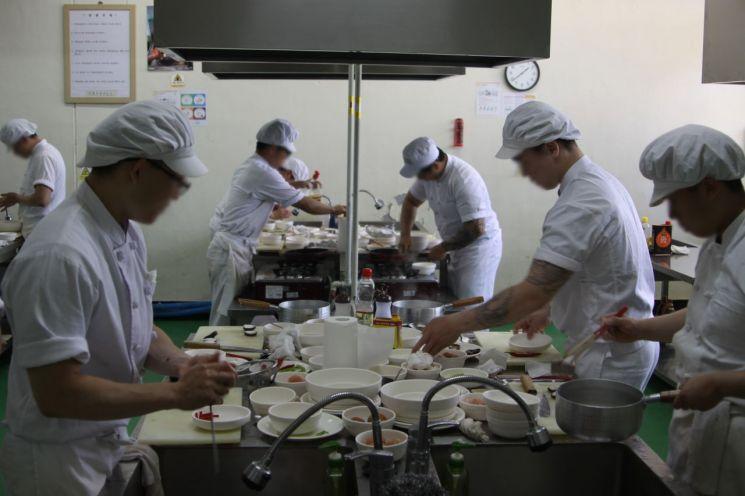 김천소년교도소의 소년 수형자들이 직업훈련 교육장에서 요리 실습을 하고 있다. 김천소년교도소는 자동차 정비, 한식 조리, 제과ㆍ제빵, 바리스타 등 4개 직업훈련 교육을 실시하고 있다./사진=유병돈 기자 tamond@