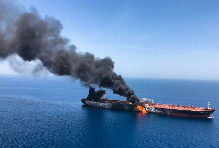 지난달 6월13일 호르무즈해협에서  피격된 유조선. 자료사진. 출처=EPA연합뉴스