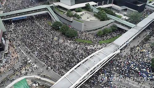 '범죄인 인도 법안'(일명 송환법)에 반대하는 홍콩의 시위대가 12일 의회인 입법회 밖 도로를 메우고 있다. (홍콩 AP/애플 데일리=연합뉴스)
