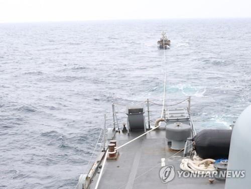 동참모본부는 6월 11일 오후 1시 15분께 해군 함정이 동해 해상에서 기관고장으로 표류 중이던 북한어선 1척(6명 탑승)을 구조해 북측에 인계했다고 밝혔다. 사진은 해군에 구조된 북한어선의 모습. [이미지출처=연합뉴스]