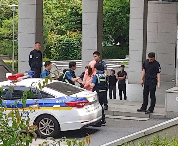 14일 오후 여장을 한 채 숙명여대에 침입한 30대 남성 A씨가 경찰에 붙잡혔다. (사진=트위터 캡처)