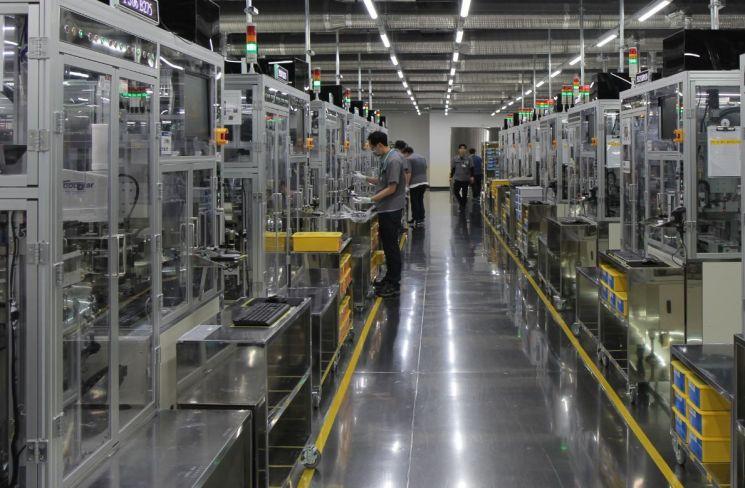 지난 13일 부산시 강서구 녹산산업단지에 위치한 삼성전기 부산사업장 MLCC 생산설비에서 작업자가 일하고 있다. /사진제공=삼성전기.