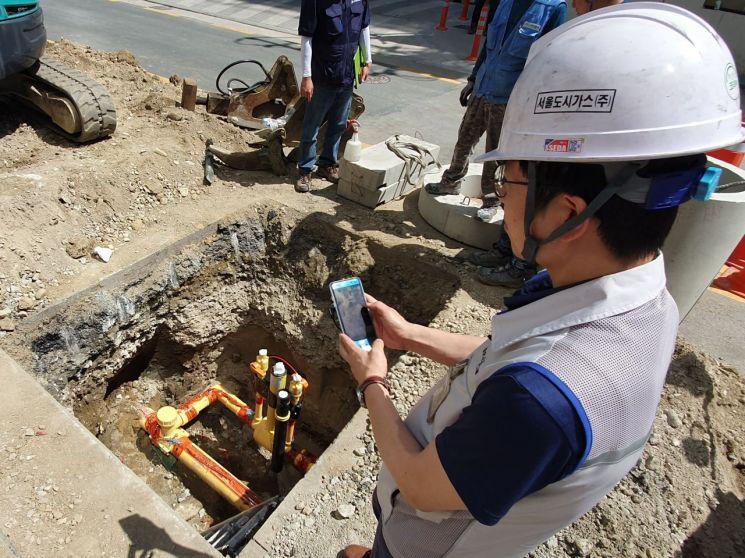 서울도시가스 현장 직원이 현장용 스마트 안전관리 앱 'Smart SCG'을 사용하고 있다.