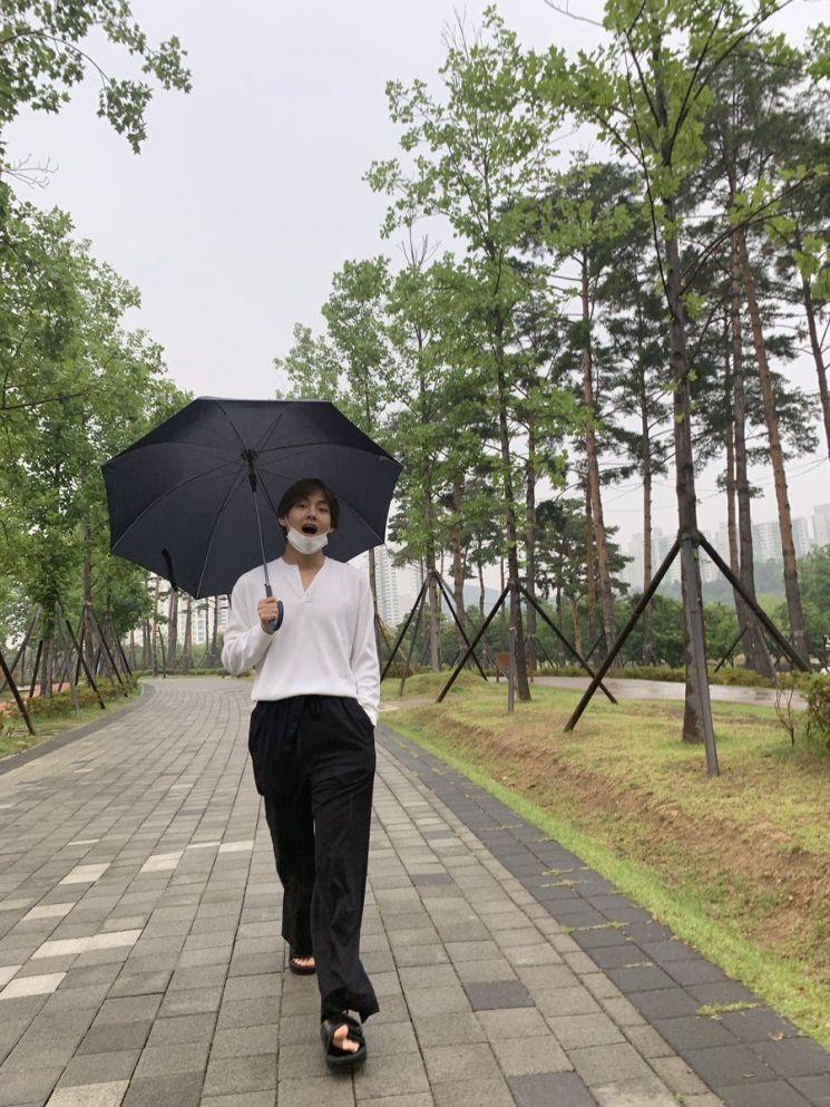 부산 팬미팅을 앞둔 방탄소년단 뷔 / 사진 = 방탄소년단 트위터