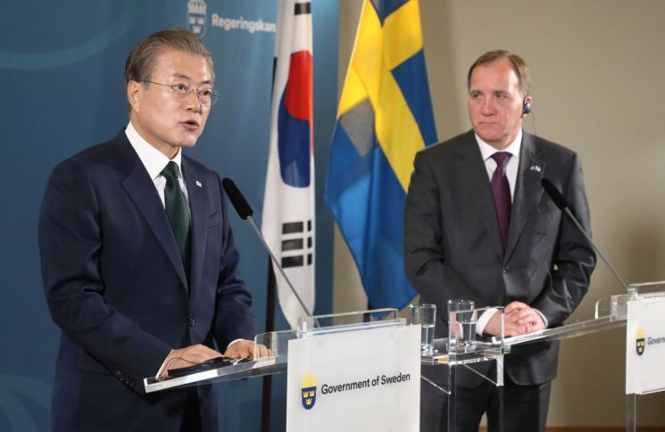 스웨덴을 국빈방문 중인 문재인 대통령이 15일(현지시간) 오전 스톡홀름 외곽 쌀트쉐바덴 그랜드 호텔에서 스테판 뢰벤 총리와 공동기자회견을 하고 있다. 사진=연합뉴스