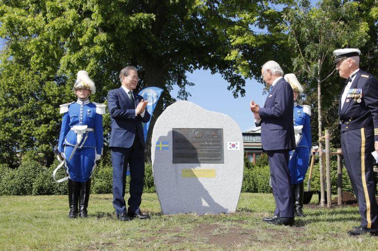 스웨덴을 국빈 방문 중인 문재인 대통령이 15일 오후(현지시간) 스톡홀름 유르고덴 공원에서 열린 한국전 참전 기념비 제막식에서 칼 구스타프 16세 국왕과 함께 기념비 제막을 하고 있다.  사진=연합뉴스