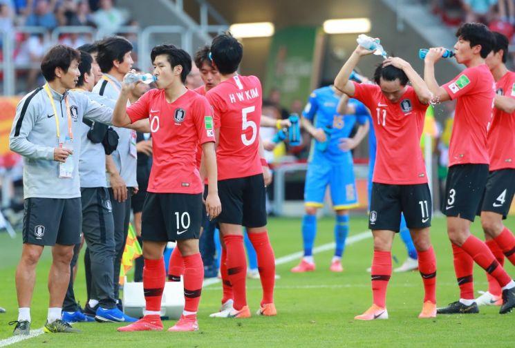 16일 폴란드 우치 경기장에서 열린 2019 국제축구연맹(FIFA) 20세 이하(U-20) 월드컵 결승에서 한국 선수들이 후반 쿨링 브레이크 타임에 물을 마시고 있다.[이미지출처=연합뉴스]