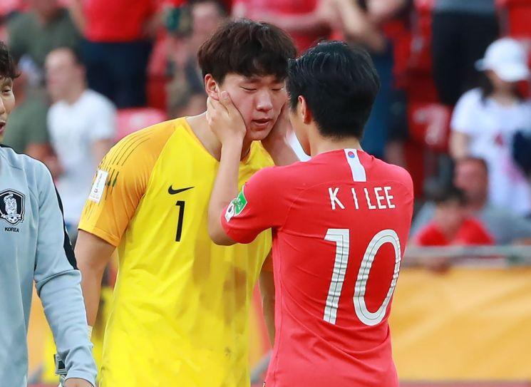 16일 폴란드 우치 경기장에서 열린 2019 국제축구연맹(FIFA) 20세 이하(U-20) 월드컵 결승에서 1-3으로 아쉬운 역전패 한 한국의 이강인이 골키퍼 이광연을 위로하고 있다.[이미지출처=연합뉴스]